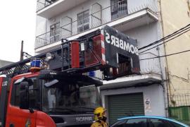 Los Bomberos de Palma sofocan un incendio originado en una nevera de un edificio abandonado