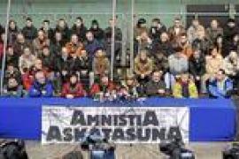 Un centenar de ex presos de ETA piden una solución dialogada al conflicto vasco