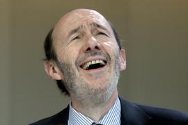 Rubalcaba: «Si algo tengo claro es que los militantes del PSOE me quieren»