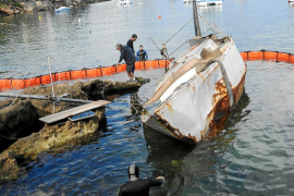 Tardan un año en retirar un barco hundido por un temporal en el Port d'Andratx