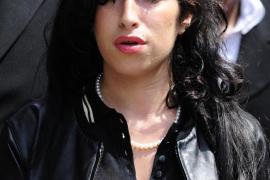 Amy Winehouse abandona la clínica para cumplir con una gira musical