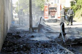 Alarma por un incendio de contenedores junto a un tanque de propano en s'Arenal