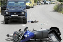 Dos heridos graves en un choque entre un coche y una moto en Cala Llombards