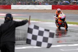 Stoner pone rumbo al título mientras Lorenzo se cae bajo la lluvia