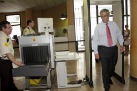 Manzano se sienta en el 'otro' banquillo por dos demandas