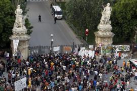Grupos radicales asedian con violencia el Parlament catalán
