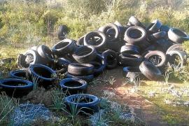 Investigan un vertido ilegal de neumáticos en sa Comuna de Lloret