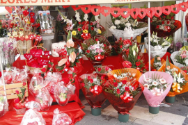 La Rambla de Palma se llena de rosas y centros para celebrar el Día de los Enamorados