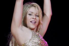 Shakira desmiente su embarazo  levantándose la camiseta