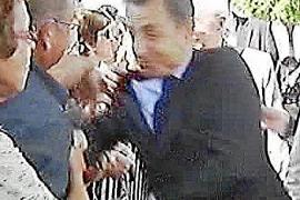 Sarkozy, zarandeado en plena calle