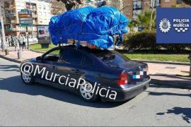 La policía inmoviliza un vehículo que transportaba a una niña de una insólita forma