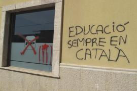 Pintadas y 'esteladas' en la sede del PP reivindican la educación en catalán
