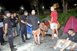 La Policía Nacional ordena el desalojo  de la acampada de los 'indignados' en Palma