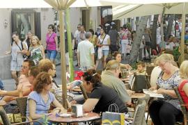 Gran afluencia de turistas por las calles comerciales y lugares de interés de Palma