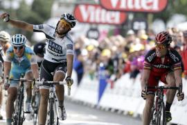 Cadel Evans (BMC) gana la cuarta etapa del Tour en un apurado esprint con Alberto Contador