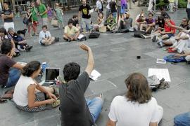 Los indignados luchan por seguir activos después de las cargas policiales