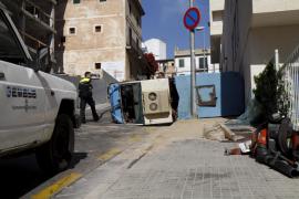 Dos operarios de Emaya resultan heridos al volcar una máquina barredora en Palma