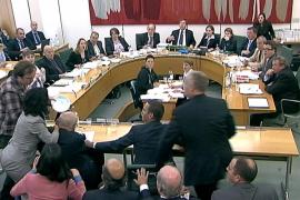 Un hombre intenta agredir a Rupert Murdoch en el Parlamento británico