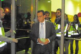 «Román (Sanahuja) entregó el dinero a un político bajito, no sé si del PP o de UM»