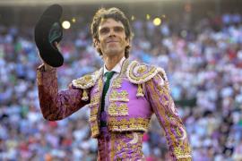 José Tomás regresa a su cátedra y vuelve a emocionar con su toreo extremo