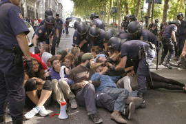 La Policía desaloja a los «indignados» de la plaza de Neptuno de Madrid