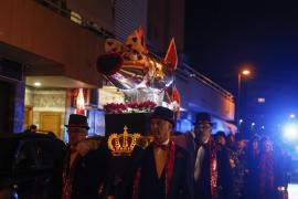 Los vecinos de Es Clot despiden el carnaval con el entierro de la sardina (Fotos: A. Escandón)