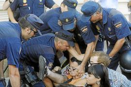 Miles de 'indignados' marchan por el centro de Madrid tras el bloqueo policial