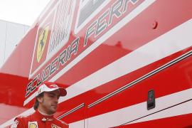 Fernando Alonso en el paddock de Ferrari