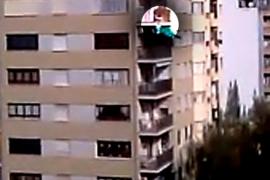 Un hombre se descuelga desde un décimo piso al intentar  huir de la policía en Palma