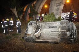 Dos jóvenes heridas al volcar su coche junto al túnel de Gènova