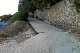 Vecinos y turistas exigen la unión de los paseos de Son Moll y de las Atzavares