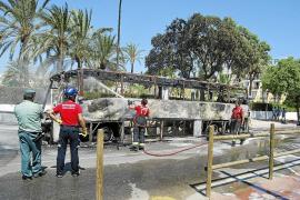 Un autobús queda destrozado tras incendiarse cuando circulaba por sa Coma