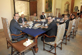La oposición acusa a Bauzá de instalarse en la improvisación y «gobernar por decreto»