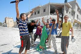 Gadafi, cada vez más acorralado y abandonado por los suyos