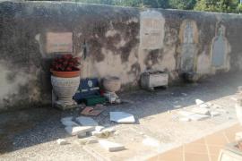 Rompen 15 lápidas del cementerio de Consell durante  la Nit Jove