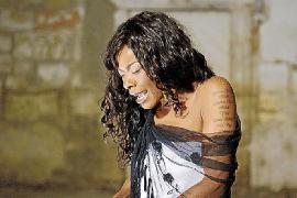 Concha Buika lanza un grandes éxitos con temas de lo nuevo de Almodóvar