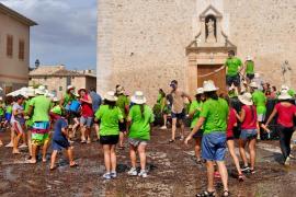 La 'batalla' de algarrobas se convierte en una cita ineludible para los más jóvenes