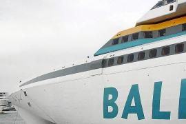 Colisión leve entre dos buques de pasajeros en el muelle de Pelaires