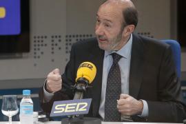 Rubalcaba pide a los españoles que comparen: «Rajoy se enfrentó  a la crisis del Prestige, yo a la de los controladores»