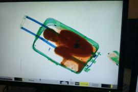 El padre del niño que intentaron introducir en España en una maleta acepta una multa