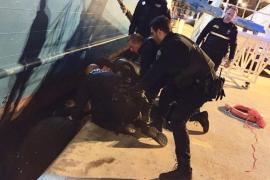 La Policía Local de Vila rescata a un hombre que se precipitó al agua en el Puerto de Ibiza