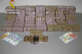 La Guardia Civil intercepta un vehículo con 30 kilos de hachís en Sant Antoni