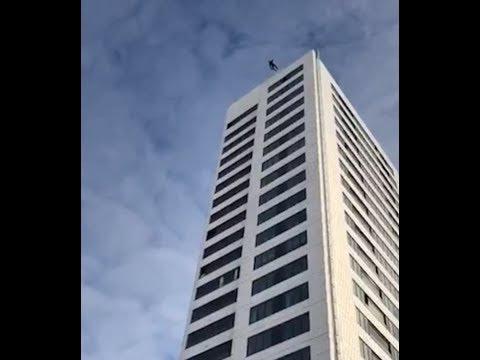 Falla su paracaídas en pleno salto base desde un piso 24