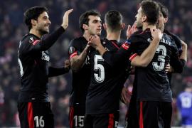 El Athletic pierde, pero se clasifica en medio de la tragedia