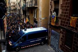 Los Mossos bloquean los accesos al Palau de la Música entre empujones de los manifestantes