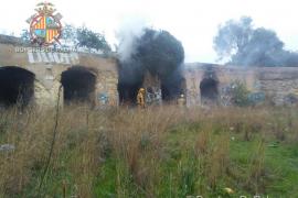 Los bomberos sofocan un incendio en las bóvedas de la plaza de toros de Son Puigdorfila