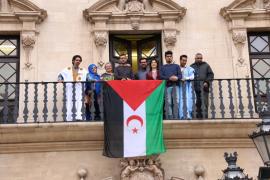 Cort cuelga la bandera saharaui