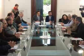 Baleares y Canarias pactan un frente común para evitar la llegada «masiva» de vehículos con conductor