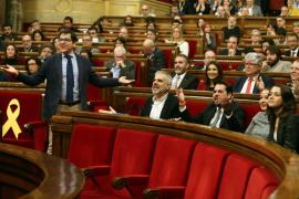 El Parlament de Cataluña rechaza la destitución «ilegal» de Puigdemont y avala el 1-O