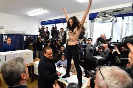 Una activista de Femen interrumpe sin camiseta la votación de Berlusconi